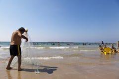 Pêcheur tirant le filet sur la plage de Tel Aviv Images stock