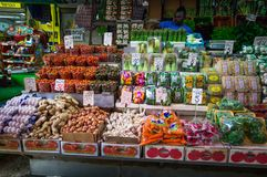 Tel Aviv, Israël - April 20, 2017: Verkoop van groenten en greens op de markt Carmel, Tel Aviv, Israël Stock Foto's