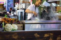 Tel Aviv, Israël - 20 avril 2017 : Nourriture de rue Il le ` s un des marchés extérieurs les plus anciens du ` s de l'Israël offr images libres de droits