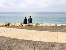 Tel Aviv, Israël - Februari 4, 2017: Mensen die op het strand van Tel. Baruch in Tel Aviv, Israël ontspannen stock foto's