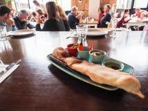 Tel Aviv, Israël - Februari 4, 2017: Traditioneel oosters voorgerecht met hummus op de lijst in het restaurant in Tel Aviv royalty-vrije stock foto
