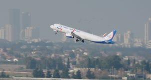 Tel Aviv, Israël - Januari 2018 Luchtvaartlijn het straal landen op de baan stock footage