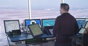 Tel Aviv, Israël - Januari 2018 Luchtverkeersleiders in de controletoren stock videobeelden