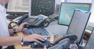 Tel Aviv, Israël - Januari 2018 Luchtverkeersleiders in de controletoren stock video