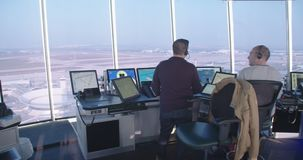 Tel Aviv, Israël - Januari 2018 Luchtverkeersleiders in de controletoren stock footage
