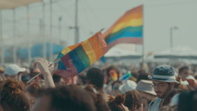 TEL AVIV, Israël, 9 Juni 2017 Mensen die, en de rianbowvlag in de jaarlijkse trotsparade marcheren golven dansen stock video