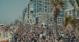 TEL AVIV, Israël, 9 Juni 2017 Mensen die, en de rianbowvlag in de jaarlijkse trotsparade marcheren golven dansen stock footage