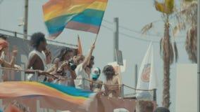 TEL AVIV, Israël, 9 Juni 2017 Mensen die, en de rianbowvlag in de jaarlijkse trotsparade marcheren golven dansen stock videobeelden