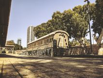 TEL AVIV, ISRAËL - JUNI 23, 2018: Overzicht van de sporen en een wagen, in het oude station in Tel Aviv, Israël royalty-vrije stock foto's