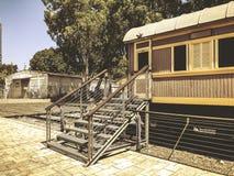 TEL AVIV, ISRAËL - JUNI 23, 2018: Overzicht van de sporen en een wagen, in het oude station in Tel Aviv, Israël stock foto