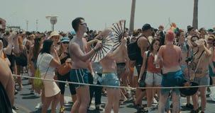 TEL AVIV, Israël, le 9 juin 2017 Les gens dansant, marchant et ondulant le drapeau de rianbow dans le Gay Pride annuel banque de vidéos