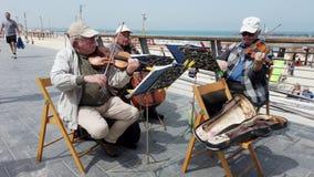 Tel Aviv, Israël - 2019-04-27 - musiciens pluss âgé de ficelle à la plage avec le bruit 3 - avec des passants clips vidéos