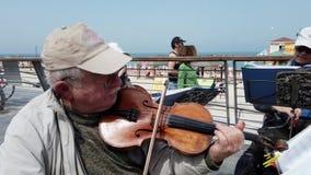 Tel Aviv, Isra?l - 2019-04-27 - musiciens pluss ?g? de ficelle ? la plage avec le bruit 1 - plan rapproch? de violon banque de vidéos