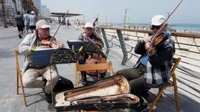 Tel Aviv, Israël - 2019-04-27 - musiciens pluss âgé de ficelle à la plage avec le bruit 2 - regardant en bas de la promenade banque de vidéos