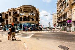 Tel Aviv, Isra?l - 9 septembre 2011 : Les gens vont traverser la rue situ?e pr?s du t?l?phone Baruch de plage ? Tel Aviv photos stock