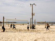 Tel Aviv, Israel - 4 de febrero de 2017: Grupo de gente joven que juega a voleibol en el teléfono Baruch de la playa fotografía de archivo libre de regalías