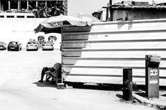 Tel Aviv, Israel - 9 de septiembre de 2011: Guardia que se relaja cerca del aparcamiento de coches imágenes de archivo libres de regalías