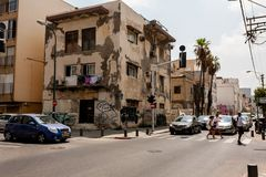 Tel Aviv, Israel - 9 de septiembre de 2011: Paso de peatones la calle situada cerca del teléfono Baruch de la playa en Tel Aviv,  foto de archivo