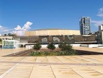 Tel Aviv, Israel El cuadrado Gabima del teatro que pasa por alto la sala de conciertos 'Geykhal ha-Tarbut 'de F r mann fotografía de archivo libre de regalías