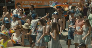 TEL AVIV, Israel, el 9 de junio de 2017 Gente que baila, marchando y agitando la bandera del rianbow en el desfile de orgullo anu almacen de metraje de vídeo