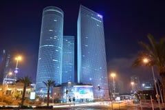 TEL AVIV, ISRAEL - EM ABRIL DE 2017: Cidade da noite, centro de Azrieli, Israel imagem de stock royalty free