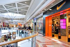 TEL AVIV, ISRAEL EM ABRIL DE 2017: O pessoa visita o centro de compra em um complexo Center de Azrieli de três arranha-céus em Te fotos de stock royalty free