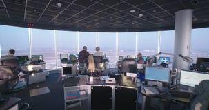 Tel Aviv, Israel - Januar 2018 Fluglotsen im Kontrollturm stock video