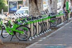 TEL AVIV ISRAEL-JUNE 13, 2015: Parkerade cyklar i mitt av Tel Aviv Cykelhyra Arkivfoton