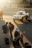 Paare mit Baby am Dämmerungs-Flughafen Stockfotografie