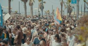 TEL AVIV, Israel, am 9. Juni 2017 Leute, die die rianbow Flagge in der jährlichen Stolzparade tanzen, marschieren und wellenartig stock video footage