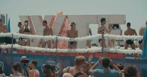 TEL AVIV Israel, Juni 9th 2017 Folket som dansar, marscherar och vinkar rianbowflaggan i den årliga stoltheten, ståtar lager videofilmer