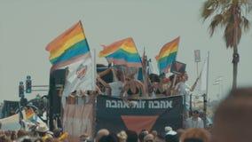 TEL AVIV Israel, Juni 9th 2017 Folket som dansar, marscherar och vinkar rianbowflaggan i den årliga stoltheten, ståtar arkivfilmer