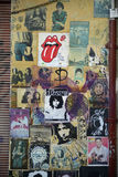 Tel Aviv, Israel - 17. Juni 2015: Wand mit altem Musikplakat, Grungeblick auf der Straße Lizenzfreie Stockbilder