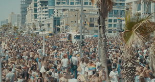 TEL AVIV, Israel, o 9 de junho de 2017 Povos que dançam, marchando e acenando a bandeira do rianbow na parada de orgulho anual video estoque