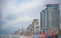 Tel Aviv Israel terraplén hoteles Playa Nubes hermosas Imagen de archivo
