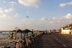 Tel Aviv, Israel Vista del teléfono Aviv Promenade con la gente de funcionamiento y que camina fotografía de archivo