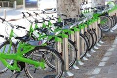 TEL AVIV, ISRAELE 13 GIUGNO 2015: Biciclette parcheggiate nel centro di Tel Aviv Affitto della bicicletta Immagine Stock