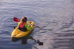 TEL AVIV, ISRAELE - 2 MARZO 2017: Giovane kayaker femminile della ragazza che rema in kajak, nel mar Mediterraneo al porto di Gia immagini stock
