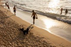 Tel Aviv Izrael, Wrzesie?, - 8, 2011: M??czy?ni bawi? si? tenisa na pla?y Tel Baruch w Tel Aviv obrazy royalty free