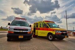 Tel Aviv, le 20 novembre 2016 : Ambulances israéliennes se garant au c Image stock