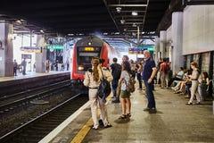 Tel Aviv - 10 04 2017 : Les gens attendant à la station de train Images stock