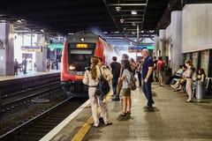Tel Aviv - 10 04 2017 : Les gens attendant à la station de train Image libre de droits
