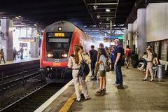 Tel Aviv - 10 04 2017 : Les gens attendant à la station de train Photos libres de droits