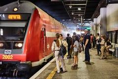 Tel Aviv - 10 04 2017 : Les gens attendant à la station de train Photo stock