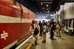 Tel Aviv - 10 04 2017 : Les gens attendant à la station de train Photo libre de droits