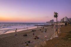 Tel Aviv - 20 06 2017 : Les gens sur la plage de Tel Aviv à l'heure de Photos libres de droits