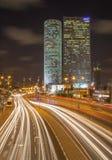Tel Aviv - los rascacielos del centro de Azrieli en la noche de Moore Yaski Sivan Architects con la medición de 187 m Fotos de archivo