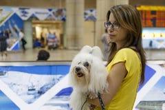 Tel Aviv - Mädchen mit einem Hund am Flughafen 21. Juli - Israel, 2014 Lizenzfreie Stockfotografie
