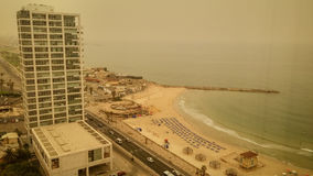 Tel Aviv miasto podczas mgiełki piasek na Sierpień 9, 2015 Obraz Royalty Free