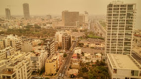 Tel Aviv miasto podczas mgiełki piasek na Sierpień 9, 2015 Obrazy Stock